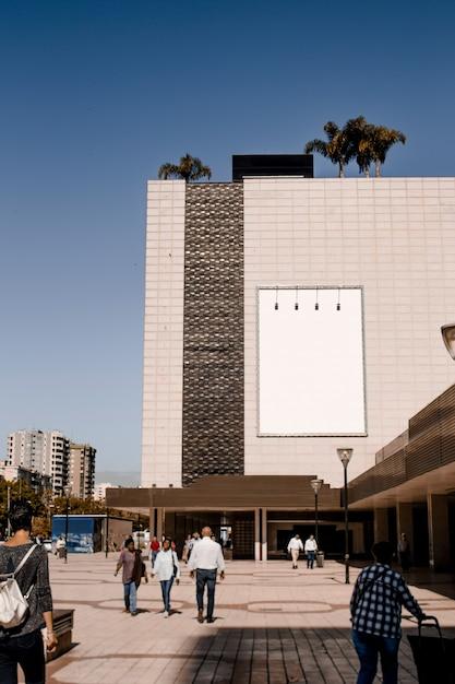 Rechteckige weiße anschlagtafel auf gebäudewand in der stadt Kostenlose Fotos