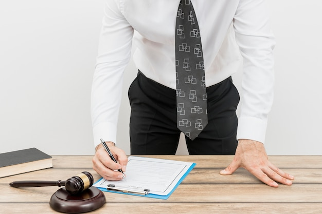 Rechtsanwalt, der dokument ausfüllt Kostenlose Fotos