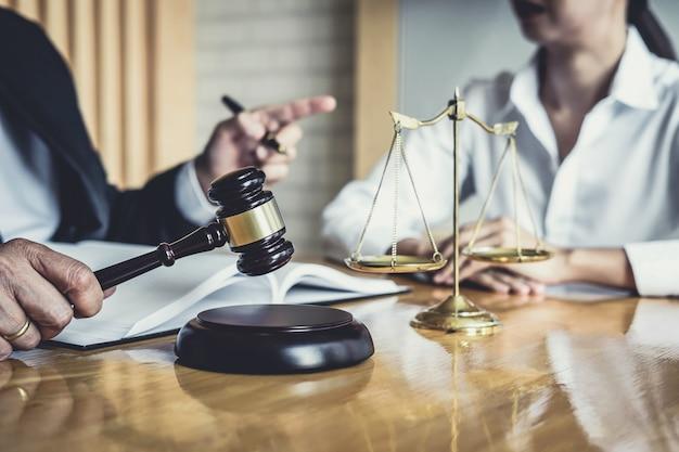 Rechtsanwalt oder berater, die im gerichtssaal tätig sind, treffen sich mit dem klienten Premium Fotos