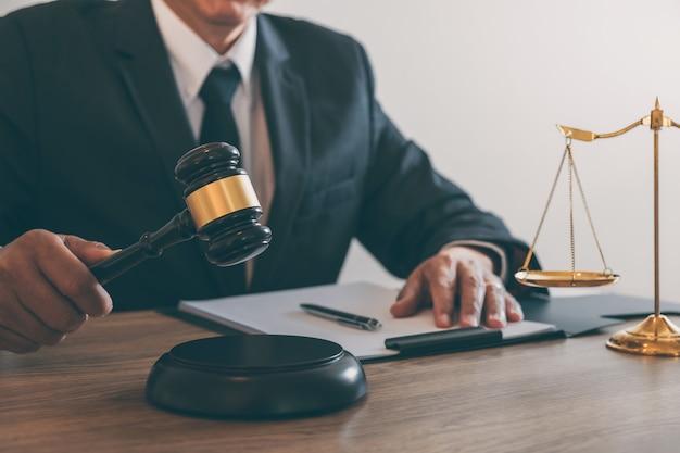 Rechtsanwalt oder notar, der an einem dokument und einem bericht über den wichtigen fall in der anwaltskanzlei arbeitet Premium Fotos