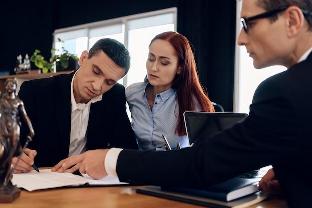 Rechtsanwalt zeigt, wo man heiratsauflösungsvereinbarung unterzeichnet. Premium Fotos