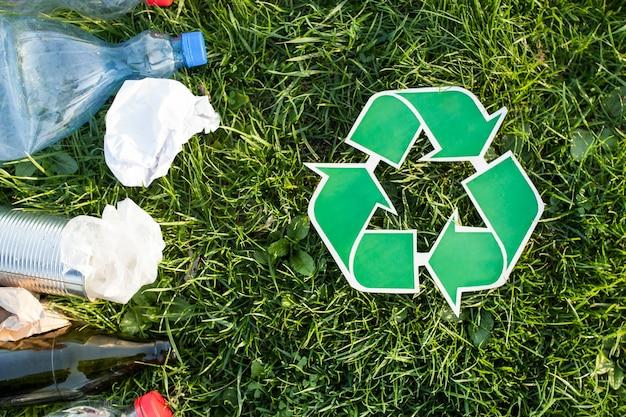 Recycling-hintergrund mit recycling-zeichen und müll Kostenlose Fotos
