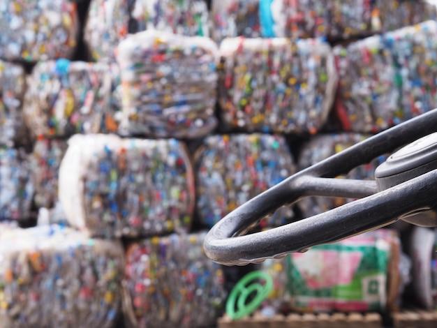 Recycling-kunststoffabfälle in der fabrik. Premium Fotos