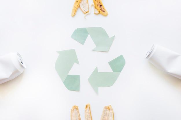 Recycling-logo mit müll Kostenlose Fotos