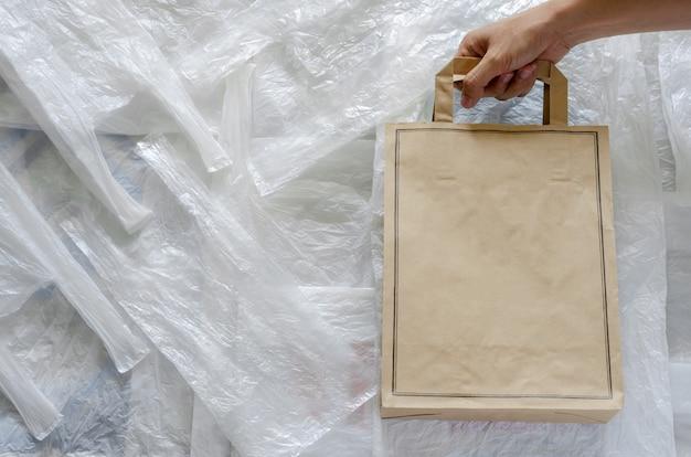 Recycling-öko-papiertüte auf weißem kunststoff. wiederverwenden sie und bereiten sie für weltumweltkonzept auf. Premium Fotos