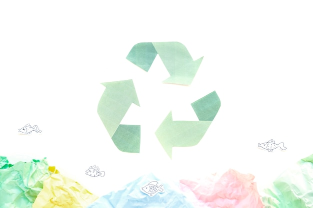 Recycling-symbol mit papieren Kostenlose Fotos