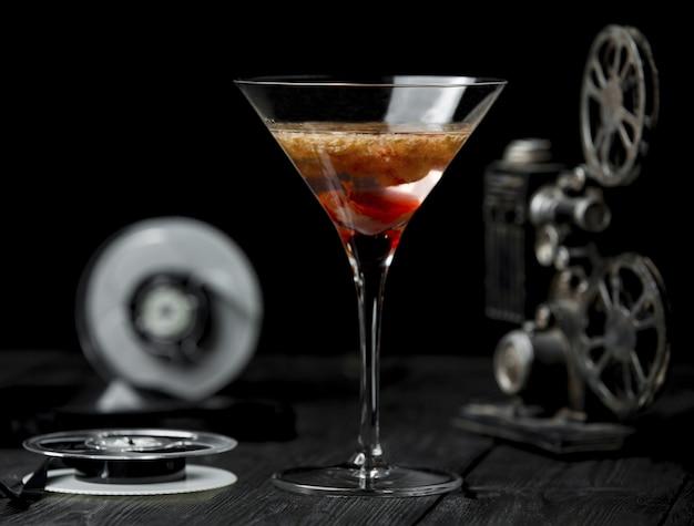 Red cosmopolitan in dreiecksform glas. Kostenlose Fotos