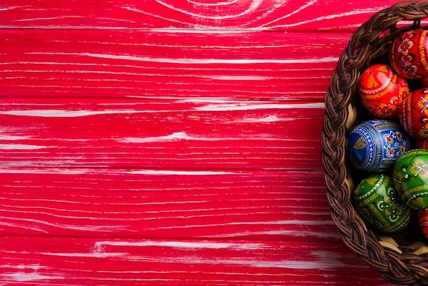 red holz hintergrund mit korb und eier f r ostern tag. Black Bedroom Furniture Sets. Home Design Ideas