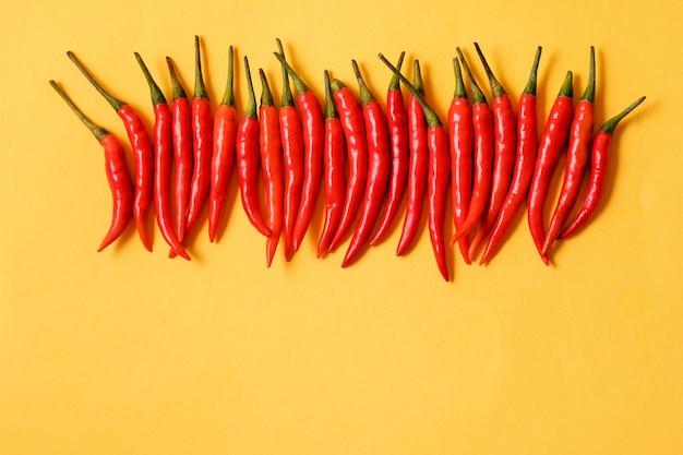 Red hot chili peppers auf gelbem untergrund, Premium Fotos