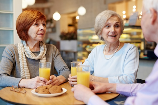 Rede von älteren freunden Kostenlose Fotos