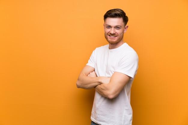 Redheadmann mit den armen gekreuzt und vorwärts schauend Premium Fotos