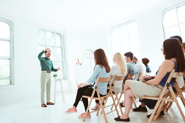 Referent beim geschäftstreffen im konferenzsaal. business- und entrepreneurship-konzept. Kostenlose Fotos