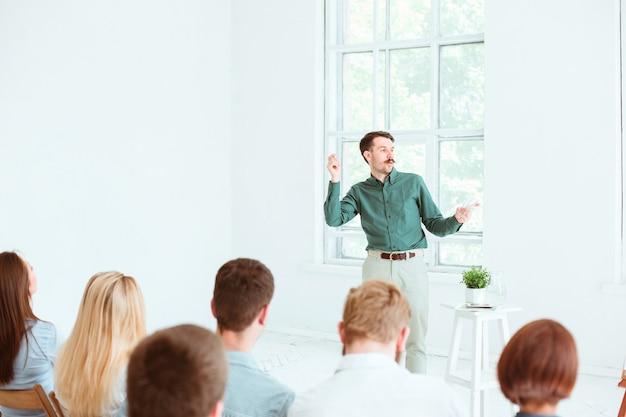 Referent beim geschäftstreffen im konferenzsaal. Kostenlose Fotos