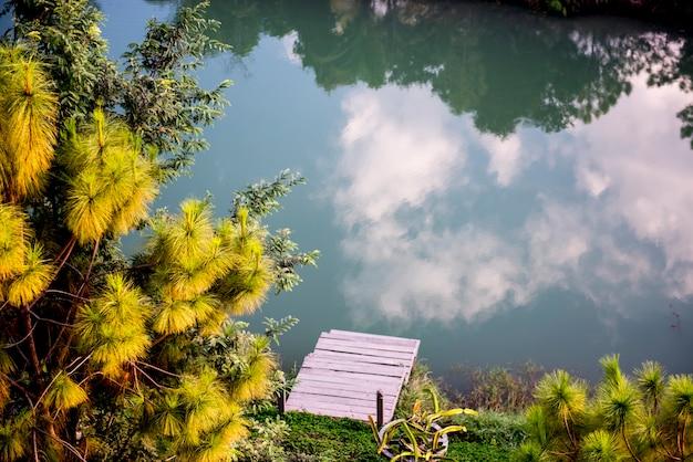 Reflexion der wolkenlandschaft auf der oberfläche des flusses Kostenlose Fotos