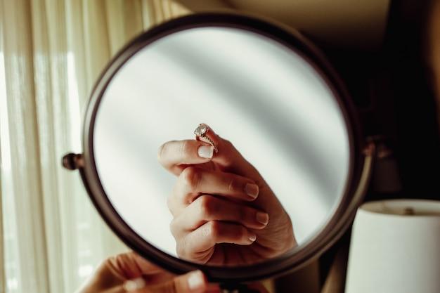 Reflexion von womas hand mit verlobungsring in einem spiegel Kostenlose Fotos