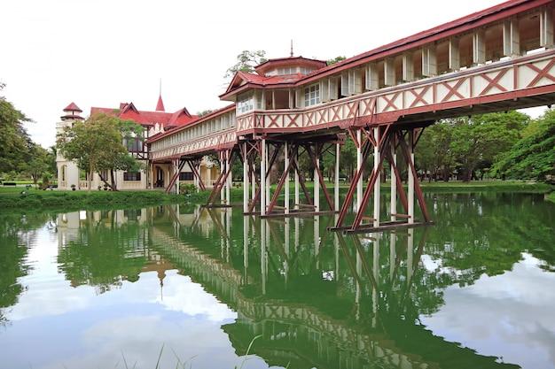 Reflexionen der beeindruckenden architektur auf dem teich von sanam chan palace, nakhon pathom, thailand Premium Fotos