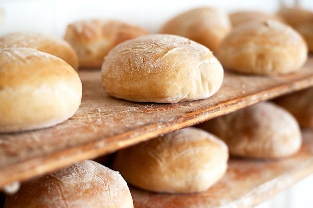 Regale mit frisch gebackenem brot in einer bäckerei Premium Fotos