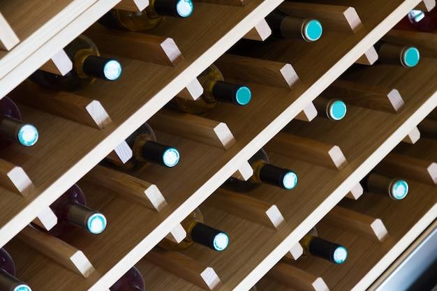Regale mit weinflaschen Kostenlose Fotos