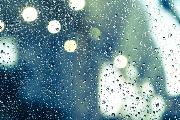 Regen fällt auf das fenster Kostenlose Fotos