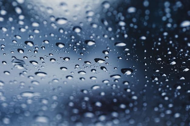 Regen lässt wassertropfen des regenzeithintergrundes fallen Premium Fotos