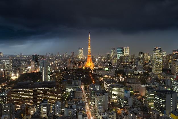Regen sie sturm über tokyo-stadt, japan in der nacht mit bedecktem tokyo-turm in japan. Premium Fotos