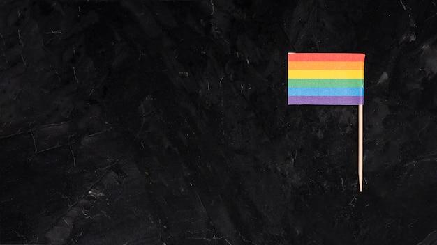 Regenbogen-lgbt-flagge auf schwarzem hintergrund Kostenlose Fotos