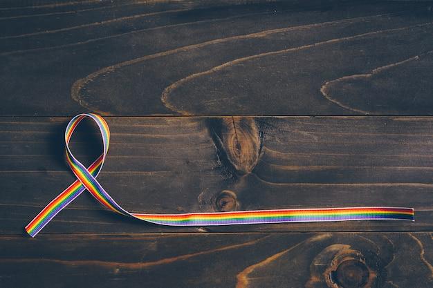 Regenbogenbandbewusstsein für lgbt-konzept auf hölzernem hintergrund. Premium Fotos