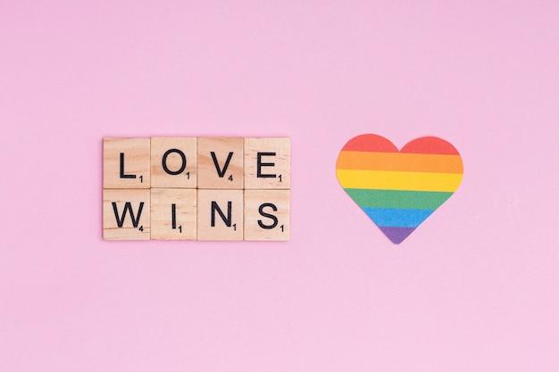 Regenbogenherz und lgbt-slogan love wins Kostenlose Fotos