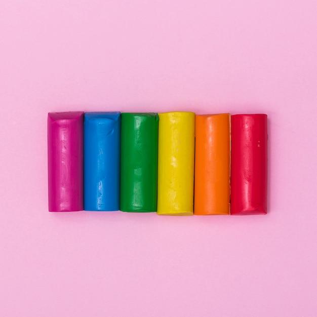 Regenbogenstücke aus plastilin zum formen Kostenlose Fotos