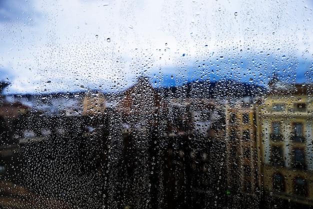 Regeneffekt auf städtischen hintergrund Kostenlose Fotos