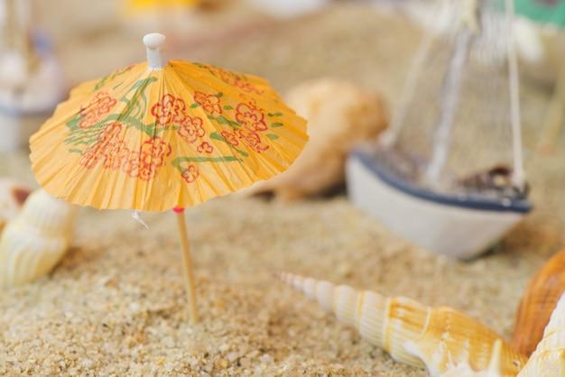 Regenschirm auf einem strand in einem aquarium Kostenlose Fotos
