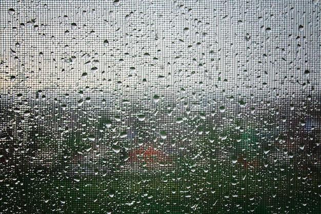 Regentropfen auf dem glas. regenwetter, bewölkt, regen, gewitter. fenster. Premium Fotos