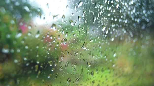 Regentropfen auf glas regnerischer tag fensterglas mit regentropfen Premium Fotos