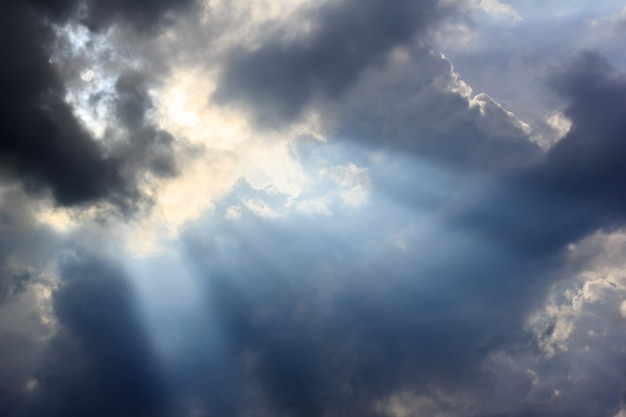 Regenwolke und sonnenstrahl Premium Fotos