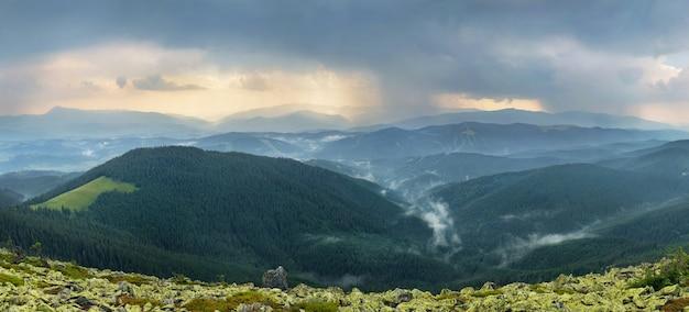 Regnerische berglandschaft Premium Fotos