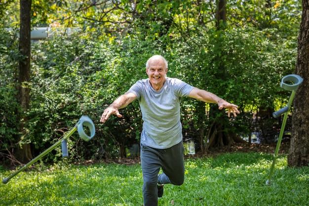 Rehabilitierter älterer mann, der seine krücken wirft Premium Fotos