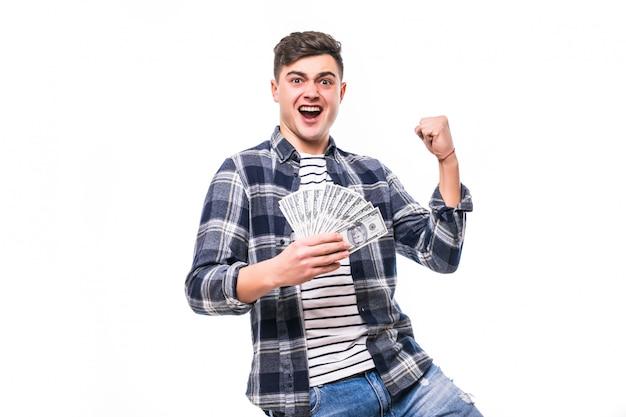 Reicher mann in freizeitkleidung, der fan des geldes hält Kostenlose Fotos