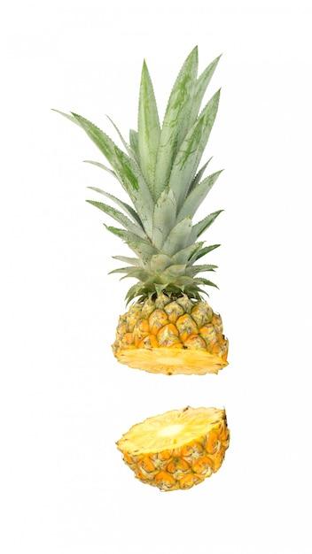 Reife ananas auf weiß. Premium Fotos