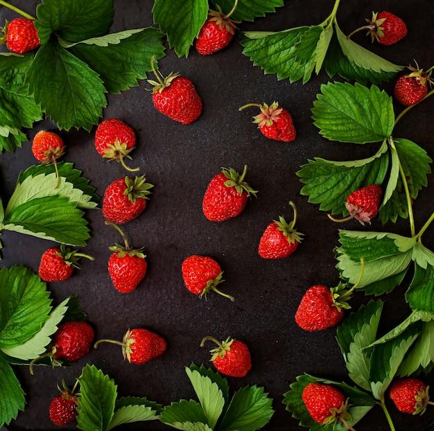 Reife erdbeeren und blätter. ansicht von oben Kostenlose Fotos