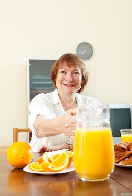 Reife frau beim frühstück | Kostenlose Foto