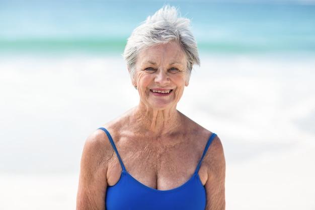 Reife frau, die im badeanzug aufwirft Premium Fotos
