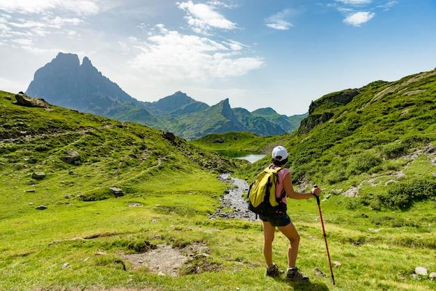 Reife frau, die in den pyrenäen-bergen wandert Premium Fotos