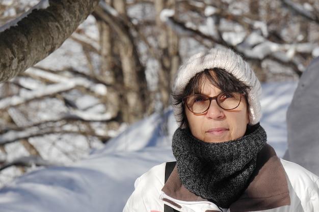 Reife frau im winter Premium Fotos