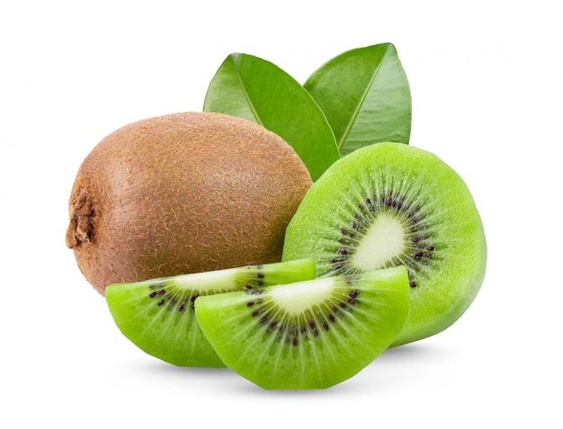 Reife ganze kiwi mit blättern an der weißen wand. Premium Fotos