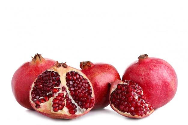 Reife granatäpfel getrennt auf einem weißen hintergrund Premium Fotos