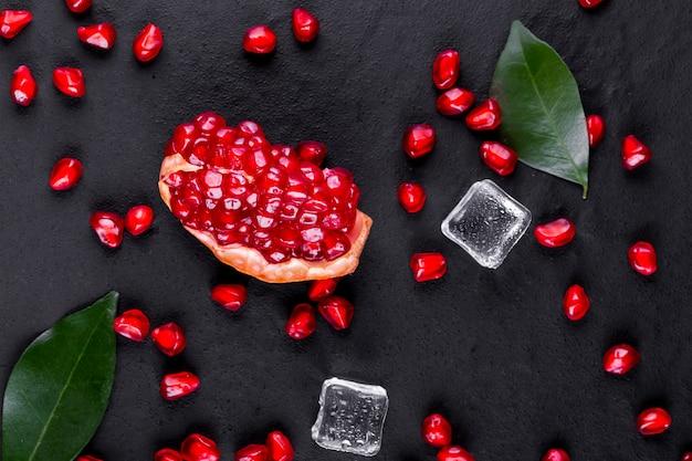 Reife granatapfelfrüchte auf dem hölzernen hintergrund Premium Fotos