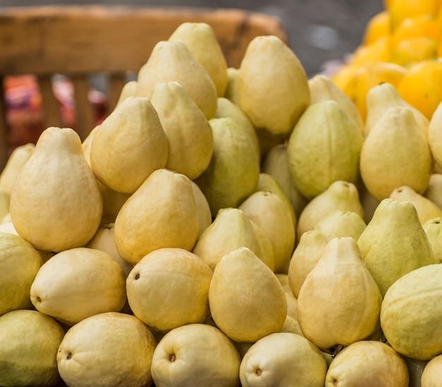 Reife guavenfrucht auf dem markt Premium Fotos