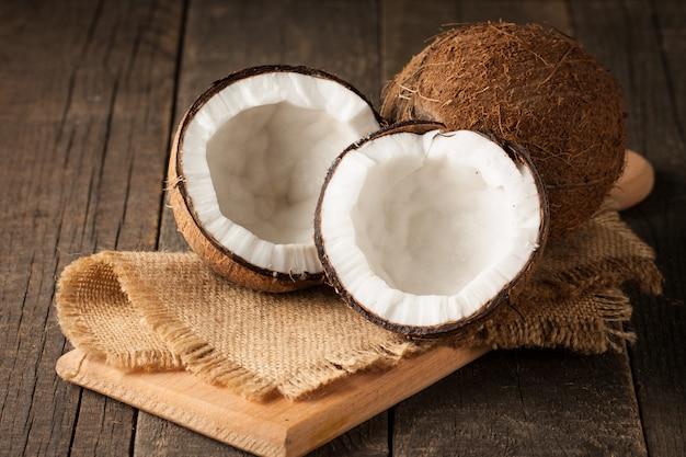 Reife halbgeschnittene kokosnuss Premium Fotos