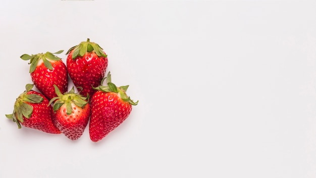 Reife helle erdbeeren auf weißem hintergrund Premium Fotos