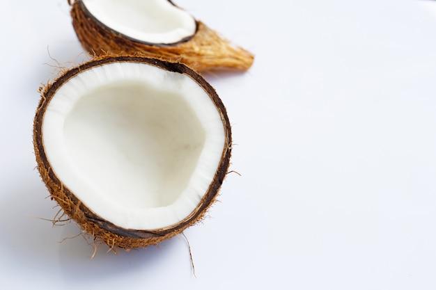 Reife kokosnüsse auf weiß. draufsicht der tropischen frucht. Premium Fotos